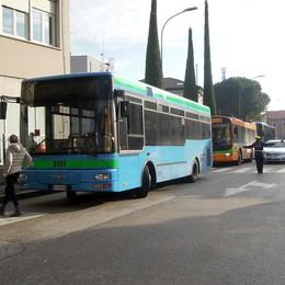 «Erba, scuolabus caro»  Se ne vanno 15 bambini