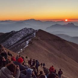 La magia dell'alba  Salgono in mille  in vetta al San Primo