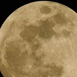 """In cielo lo spettacolo  della """"Luna fragola"""""""