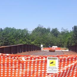 Il ponte c'è ma gli operai non si vedono  Annone, l'inaugurazione rischia di slittare