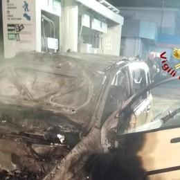 Albese, auto brucia all'improvviso  Emergenza al distributore
