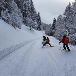 Scialpinista cade:  soccorso in slitta