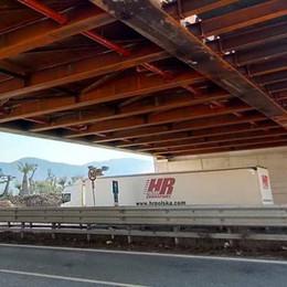 Civate. Sotto il nuovo ponte  poche auto e camion