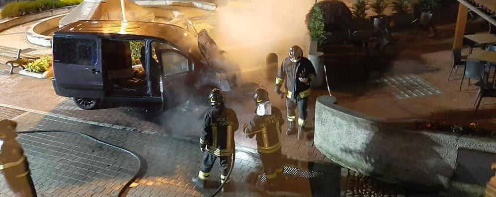 Ballabio, furgone in fiamme  Fuoco domato dai pompieri
