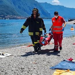 Oliveto, cade un albero su una famiglia   in spiaggia