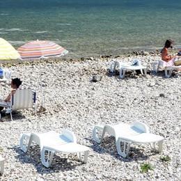 Più spazio a chi già gestisce le spiagge  Lettini e ombrelloni in cambio di pulizia