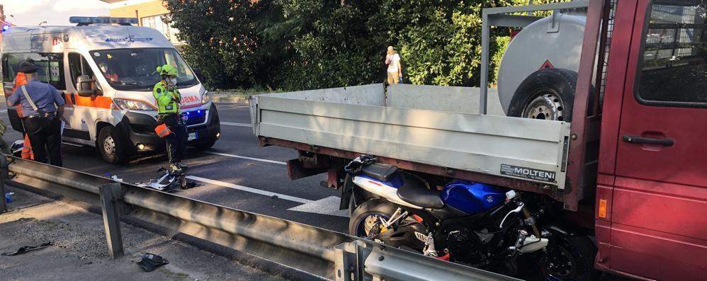 Cernusco: finisce sotto il furgone con la sua Sukuzi 600. Grave un motociclista