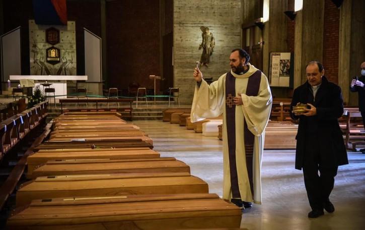 Don Marcello, il prete anti Covid  Carenno si prepara all'abbraccio